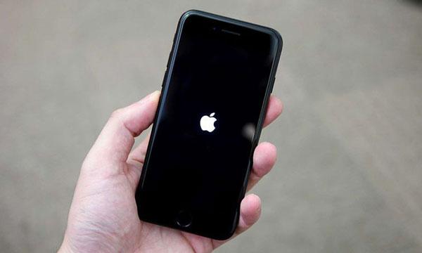 why iphone flashing apple logo